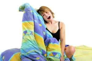 резких движениях тела и подъемах с кровати