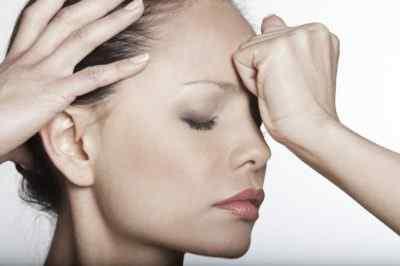 Почему голова болит в области лба – причины и лечение