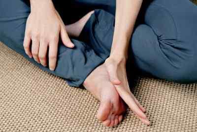 Массаж ног и рефлексотерапия – облегчите боли живота и головы