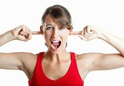 Когда по уху стучу, голова болит – причины возникновения недуга